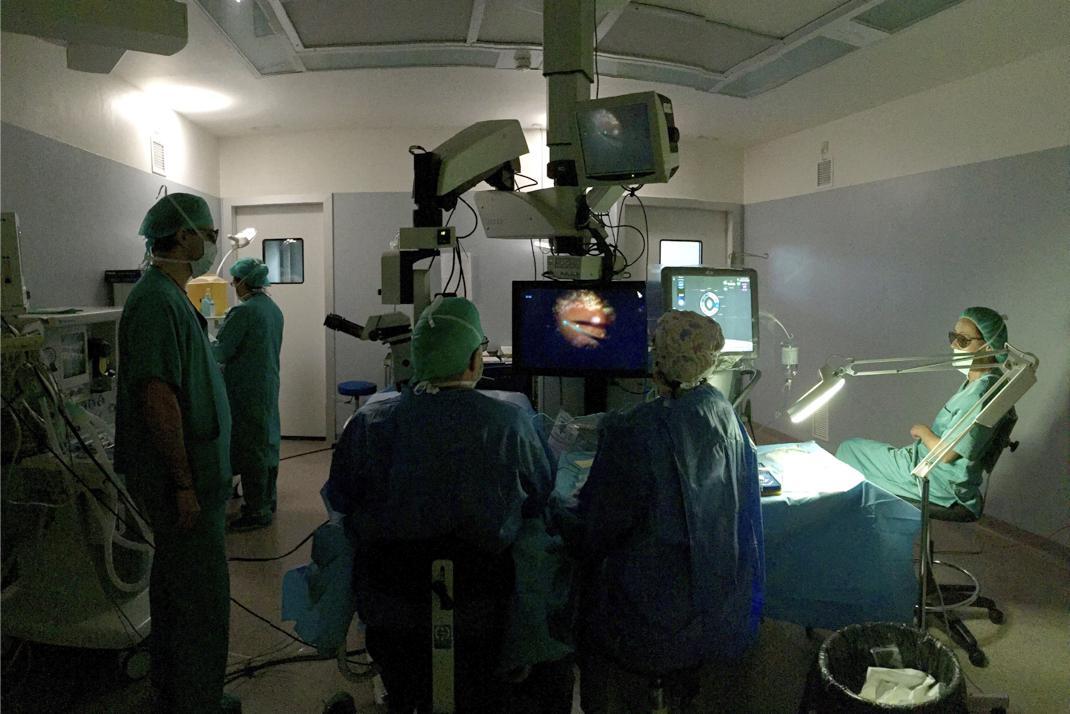 Cirugía de retina en 3D. Todo el mundo Observa la pantalla.